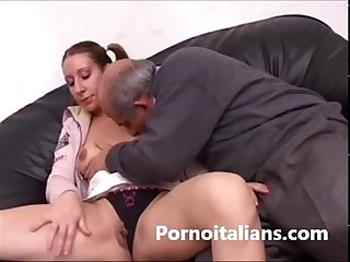 Italian girl gets her pussy licked by dirty old man -Italiana leccata INCESTO