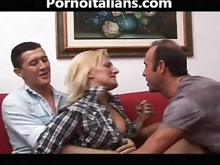Bionda matura italiana scopata da due maschioni! Italian mature blonde fucked